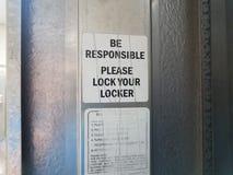 Sea responsable cierran por favor su muestra del armario imagen de archivo