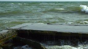 Sea Rottura delle onde sul pilastro di pietra stock footage