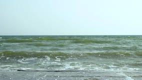 Sea Rottura delle onde sul pilastro di pietra archivi video