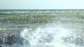 Sea Rottura delle onde sul pilastro di pietra Movimento lento archivi video