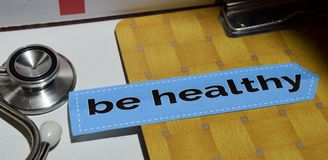 Sea sano en el papel de la impresión con concepto médico y de la atención sanitaria fotos de archivo libres de regalías