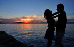 Sea sunset and silhouette of a romantic couple royalty free stock photos