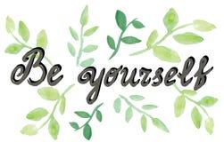 Sea usted mismo Cita de la psicología Letras dibujadas mano de la tinta con las hojas de la acuarela Foto de archivo libre de regalías