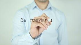 Sea usted mismo e inspire otros, escribiendo en la pantalla transparente metrajes