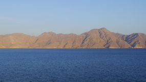 Sea view to sand-colored mountains. In Oman Royalty Free Stock Images