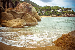 Sea waves crashing against the rocks, Koh Samui Royalty Free Stock Photos