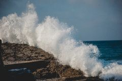 Sea Waves Hitting the Rock during Daytime Royalty Free Stock Photos