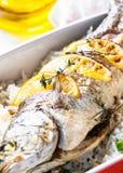 Seabass ψαριών που ψήνεται με το ρύζι και τα λαχανικά Στοκ φωτογραφία με δικαίωμα ελεύθερης χρήσης