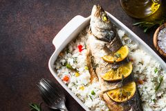 Seabass ψαριών που ψήνεται με το ρύζι και τα λαχανικά Στοκ Φωτογραφία