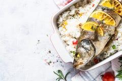Seabass ψαριών που ψήνεται με το ρύζι και τα λαχανικά Στοκ Εικόνα