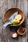 Seabass fresco dos peixes crus Foto de Stock