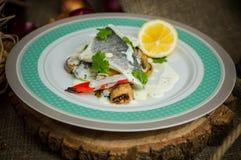 Seabass med grönsaker royaltyfri foto
