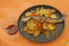Seabass och potatisar som lagar mat med mikrovågugnen Royaltyfri Foto