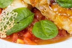Seabassfilé med grönsaker och ostraster Royaltyfria Foton