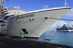 Seabourn与名人山顶的冒险旅行弓在距离 库存图片