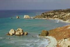 Seacoast με το tou Romiou της Petra ή το βράχο Aphrodite ` s Στοκ φωτογραφία με δικαίωμα ελεύθερης χρήσης