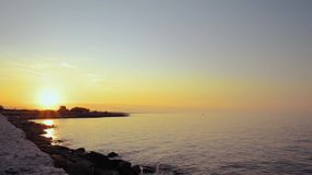Seacoast μπροστά από τη μαρίνα Ostuni Villanova στο ηλιοβασίλεμα σε μια θυελλώδη ημέρα του καλοκαιριού φιλμ μικρού μήκους