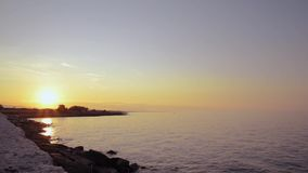 Seacoast μπροστά από τη μαρίνα Ostuni Villanova στο ηλιοβασίλεμα σε μια θυελλώδη ημέρα του καλοκαιριού απόθεμα βίντεο