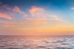 Seacoast πέρα από τον ορίζοντα με μετά από τον ουρανό ηλιοβασιλέματος Στοκ φωτογραφία με δικαίωμα ελεύθερης χρήσης