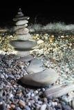 seacoast пирамидки камушка ночи Стоковая Фотография