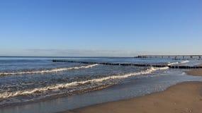 Seacoast Báltico com onda pequena imagem de stock royalty free