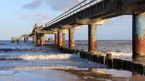 Seacoast Báltico com ponte longa e o disjuntor de onda de madeira fotografia de stock