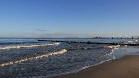 Seacoast Báltico com quebra da onda fotografia de stock royalty free