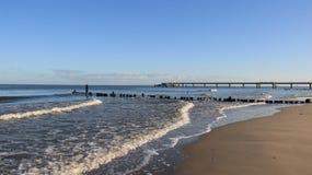 Seacoast Báltico com quebra da onda e areia de Brown imagem de stock royalty free