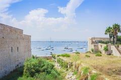 """Seacoast blisko Castello Maniace †""""antyczny kasztel w Ortygia Ortigia wyspie, Syracuse, Sicily, Włochy, tradycyjna architektura zdjęcia royalty free"""