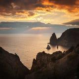 Seacoast med klippor på solnedgången royaltyfria bilder