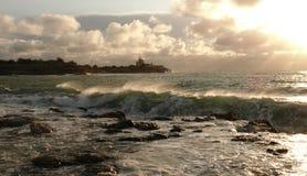 Seacoastlandskap: våg som tänds av solen Arkivfoto