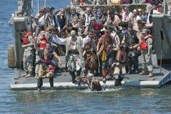 Seafair piratea el desembarco por playa de Alki Foto de archivo