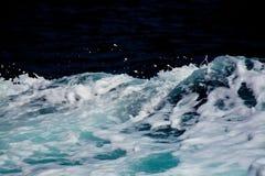 Seafoam azuré et blanc de sillage de bateau Images stock