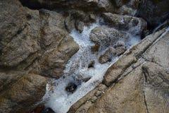 Seafoam em rochas foto de stock royalty free