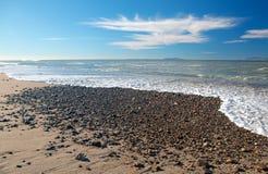 Seafoam macha domycie nad żwirem na plaży przy McGrath stanu parkiem w Oxnard Kalifornia usa obraz stock