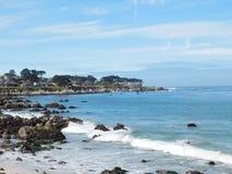 Seafoam na praia com rochas fotografia de stock royalty free