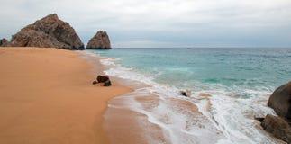 Seafoam na rozwodzie i kochankowie Wyrzucać na brzeg na Pacyficznej stronie ziemie Kończymy w Cabo San Lucas w Baj Kalifornia Mek fotografia stock