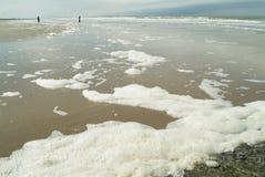 Seafoam sur l'afther de plage une tempête Image stock
