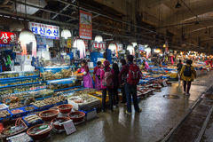 Seafood and people at Noryangjin Fish Market in Seoul Royalty Free Stock Photos