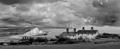 SEAFORD-HUVUD, SUSSEX/UK - JUNI 12: Storm som bryggar över sjuna Royaltyfri Fotografi