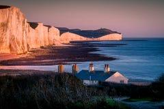 SEAFORD SUSSEX/UK - NOVEMBER 28: Gamla Coastguardstugor på Se Arkivbilder
