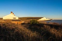 SEAFORD SUSSEX/UK - NOVEMBER 28: Gamla Coastguardstugor på Se Arkivfoto