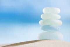 Seaglass en verre de mer avec l'océan, la plage et le paysage marin Photographie stock libre de droits