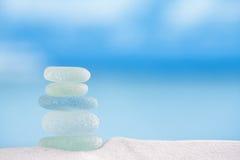 Seaglass en verre de mer avec l'océan, la plage et le paysage marin Image stock
