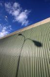 Seagul die over hangaar vliegt Stock Foto's