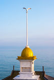 Seagull na wierzchołku iglica budynek wewnątrz stać na czele błękitnego morze fotografia stock