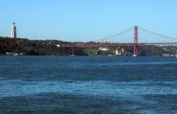 Seagullflyg över röd broponte 25 de abril arkivfoton
