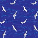 Seagulls över den sömlösa bakgrunden för hav Arkivbilder