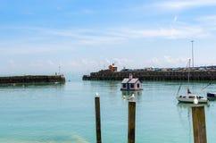 Seagulls και ένα επιπλέον ρόδινο μπανγκαλόου στο λιμάνι Folkestone στοκ φωτογραφίες