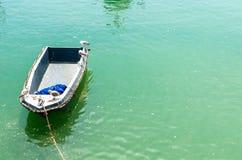 Seagulls σε ένα κενό ξύλινο αλιευτικό σκάφος στα τυρκουάζ νερά στοκ εικόνα με δικαίωμα ελεύθερης χρήσης